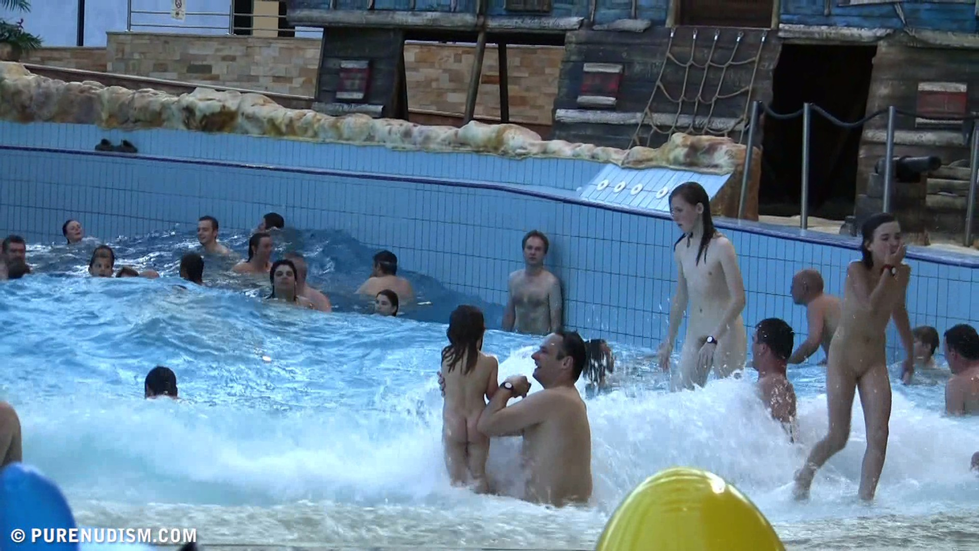 Семейный нудизм в аквапарке фото 20 фотография