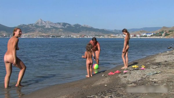 Family Nudist Fun HD (family nudism, family naturism, young naturism, naked girls, naked boys)